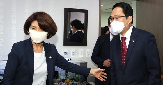 한정애 더불어민주당 정책위의장(왼쪽)이 24일 오후 서울 여의도 국회 의원회관 사무실에서 최대집 대한의사협회장을 면담하고 있다. 뉴스1