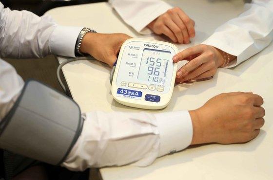 서울 신촌 세브란스병원에서 한 고혈압환자가 혈압을 재고 있다. 중앙포토