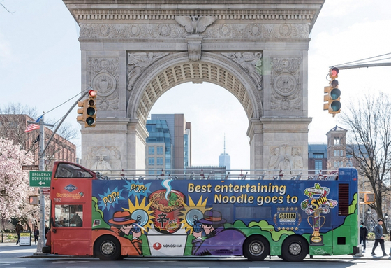 미국 시내 버스에 걸린 농심 라면 광고. / 사진:농심