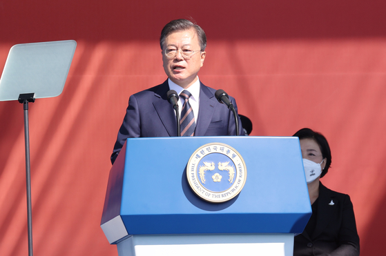 문재인 대통령이 25일 오전 경기 이천 육군 특수전사령부에서 열린 국군의 날 기념식에서 기념사를 하고 있다. [중앙포토]