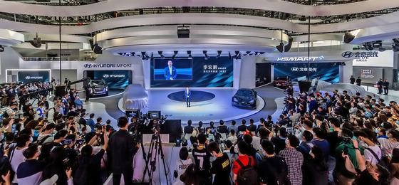 리홍펑 현대·기아차 브랜드 및 판매부문 총괄이 26일 개박한 베이징모터쇼에서 팰리세이드를 공개하고 수입차 사업 재개를 알렸다. 사진 현대자동차