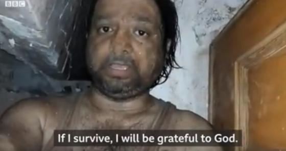 인도 서부 비완디에서 붕괴한 건물에 갇혀 아내에게 보내는 마지막 영상편지를 남긴 칼리드 칸. 칸은 10시간만에 극적으로 구조됐으나 남동생과 아들이 숨져 주위의 안타까움을 사고 있다. [BBC 뉴스 화면 캡쳐]