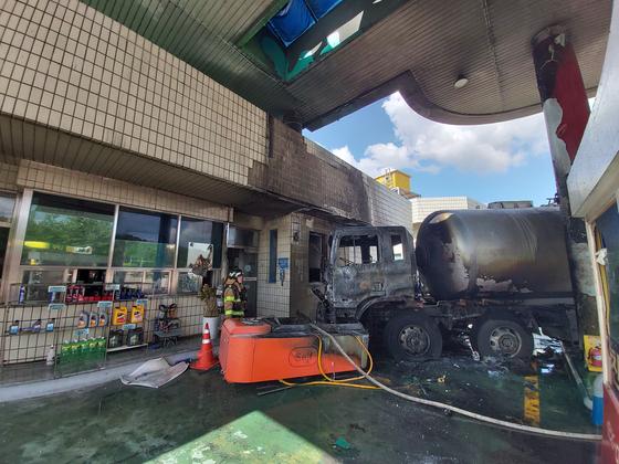 27일 오전 경북 안동시 중앙고속도로 춘천~부산방면 하행선 안동휴게소 내 주유소에서 19t LPG 탱크로리 차량이 주유소에 부딪혀 화재를 일으켰다가 진화됐다. 경북소방본부