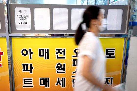 21일 서울시내 한 부동산 공인중개업소에 아파트 매물정보가 붙어 있다. 뉴스1