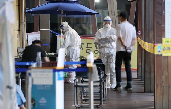 24일 오전 서울 송파구보건소에 마련된 신종 코로나바이러스 감염증(코로나19) 선별진료소에서 의료진이 시민들의 검사를 돕고 있다. 연합뉴스