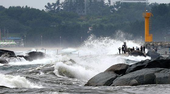 강원 동해안의 한 해수욕장에 너울성 파도가 치는 모습(사진은 본 기사와 직접적 관련이 없습니다). 연합뉴스