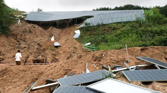 집중호우로 인한 산사태 피해를 입은 충북 제천시 대랑동의 한 태양광 발전시설에서 관계자가 복구작업을 하고 있다. 뉴스1
