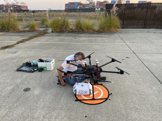 행크 구슨 포티투에어 대표와 연구진들이 지난 3일 미국 오클랜드 항에서 드론 배송시험을 하고 있다. 사진 포티투에어