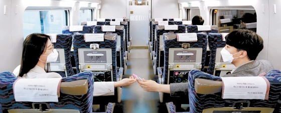 SR는 코로나19 확산 방지를 위해 추석 명절에 운행하는 SRT의 창가 좌석만 판매하고, 개인방역을 준수하며 이용하도록 안내한다. [사진 SR]