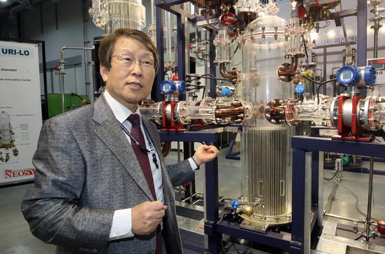 황일순 UNIST 원자력공학부 석좌교수가 캠퍼스 내 실험실에서 연구 중인 원자로의 원리에 대해 설명하고 있다. 송봉근 기자