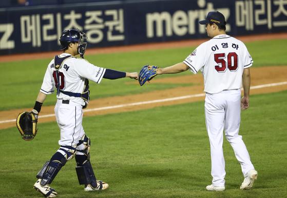 두산 마무리 이영하가 지난 24일 열린 삼성전 첫 세이브를 기록한 뒤 포수 박세혁과 기쁨을 나누고 있다. 연합뉴스 제공