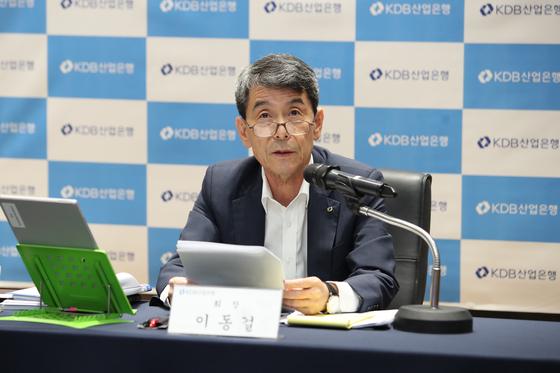 이동걸 산업은행 회장이 28일 온라인 기자간담회에서 답변하고 있다. 산업은행