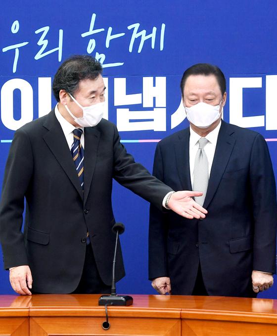 박용만 대한상공회의소 회장이 22일 서울 여의도 국회 당 대표실에서 이낙연 더불어민주당 대표(왼쪽)를 찾아 규제 완화 등을 오쳥했다. 오종택 기자