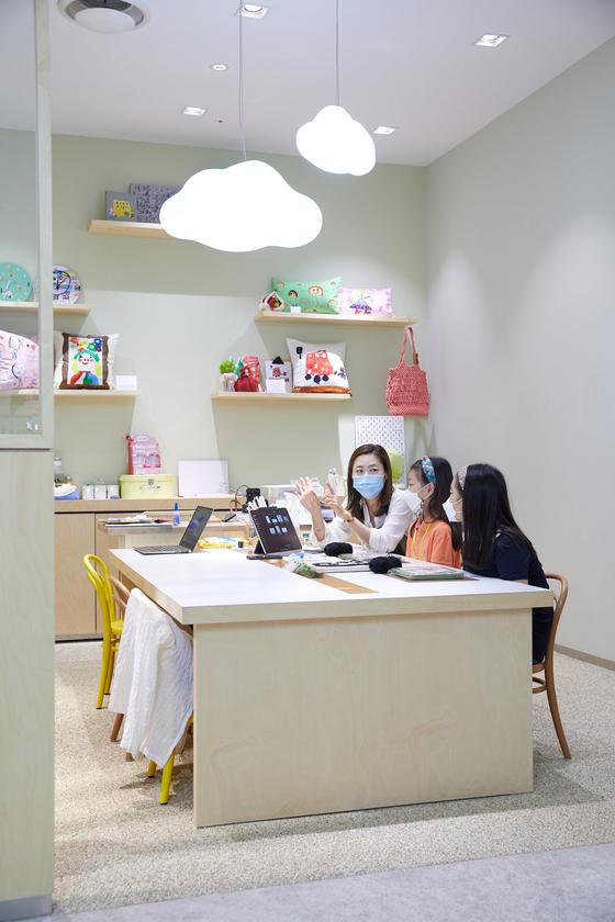 생애 첫 자수에 도전하는 박서연(가운데)·조유민 학생기자가 박소윤(왼쪽) 꿈테 클래스 선생님에게 펀치 니들에 대한 설명을 듣고 있다.