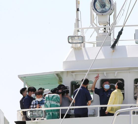 28일 문성혁 해양수산부 장관이 전남 목포시 서해어업관리단을 찾아 무궁화 10호와 같은 급의 선박인 무궁화 29호를 살펴보고 있다. 프리랜서 장정필