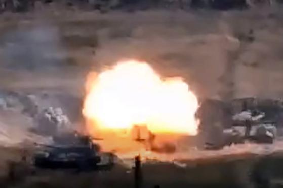아르메니아 국방부가 27일(현지시간) 공개한 아제르바이잔군과의 충돌 영상 중 일부. AFP=연합뉴스