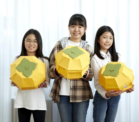 소중 학생기자단이 종이로 만드는 예술작품 페이퍼 아트에 도전해봤다. 추석을 맞아 초대형 감(상자)을 만들고 포즈를 취한 김가은·김다은·유아라 학생기자(왼쪽부터).