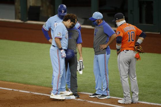 28일 휴스턴에서 기습 번트 안타를 날린 추신수가 왼 발목 통증을 느껴 교체됐다. [AP=연합뉴스]
