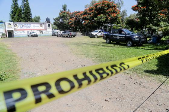 27일(현지시간) 멕시코 경찰이 하랄 데 프로그레소의 한 바에서 벌어진 총격사건을 수사하고 있다. 로이터통신=연합뉴스