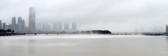 서울 한강대교와 노들섬 부근에서 물안개가 피어나는 모습. 임현동 기자