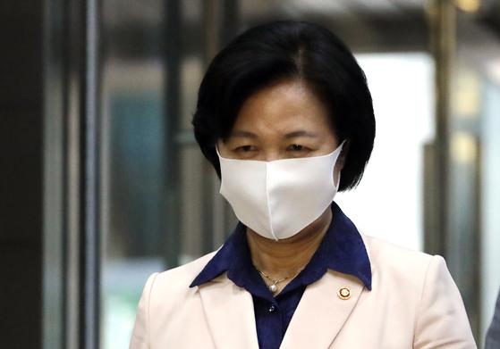 추미애 법무부 장관이 28일 밤 정부과천청사를 나서고 있다. 연합뉴스