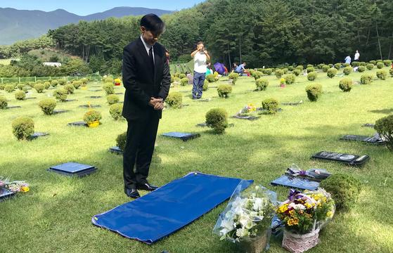 조국 전 법무부 장관이 지난해 9월 14일 부산추모공원에 안치된 故 김홍영 전 검사 묘소를 찾아 추모하고 있다. 뉴스1