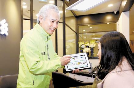 박종복 SC제일은행 행장이 태블릿PC를 활용한 금융상담을 시연하고 있다.  [사진 SC제일은행]
