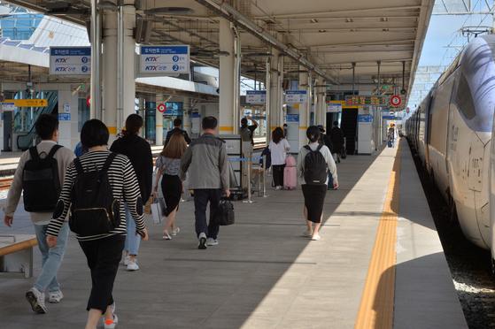 추석명절을 앞둔 28일 오전 KTX열차편으로 경북 포항역에 도착한 승객들이 플랫폼을 빠져나가고 있다. 뉴스1