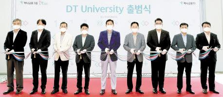 지난 6월 'DT University' 출범식에서 김정태 하나금융회장(사진 가운데)을 비롯한 임원들이 테이프 커팅식을 진행하고 있다. [사진 하나금융그룹]