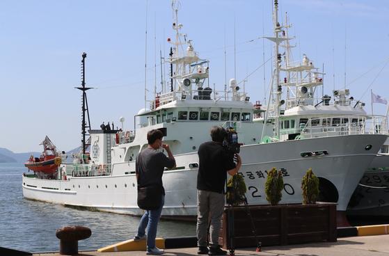 28일 오후 전남 목포시 서해어업관리단 전용부두에 북한군 총격을 받고 숨진 공무원(항해사)이 실종 직전까지 탄 어업지도선인 무궁화 10호가 정박해 있다. 연합뉴스