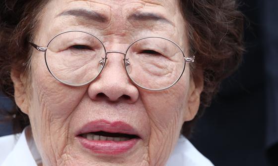 이용수 일본군 위안부 피해자 할머니가 지난 8월 충남 천안 국립망향의동산에서 열린 일본군 위안부 피해자 기림의 날 기념식에 참석해 취재진과 인터뷰를 하고 있다. 뉴스1