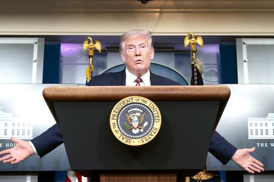 """27일(현지시간) 백악관에서 기자회견하는 도널드 트럼프 미국 대통령. 그는 2016년 대통령에 당선되기 전 15년 가운데 10년간 연방소득세를 한 푼도 내지 않은 것으로 나타났다는 뉴욕타임스 보도를 '가짜뉴스""""라고 강력히 부인했으나 얼마나 냈는지는 밝히지 않았다. [UPI=연합뉴스]"""