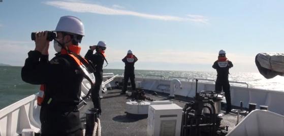 소연평도 인근 해상에서 실종됐던 해양수산부 소속 어업지도선 공무원이 북한군에 피격 사망해 충격을 주는 가운데 지난 25일 해양경찰 경비함에서 어업지도선 공무원 시신 및 유류품을 수색하고 있다. 뉴스1