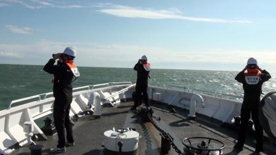 소연평도 인근 해상에서 실종됐던 해양수산부 소속 어업지도선 공무원이 북한군에 사살당한 것과 관련해 지난 26일 해양경찰 경비함이 시신 및 유류품을 수색하고 있다. 사진 인천해경