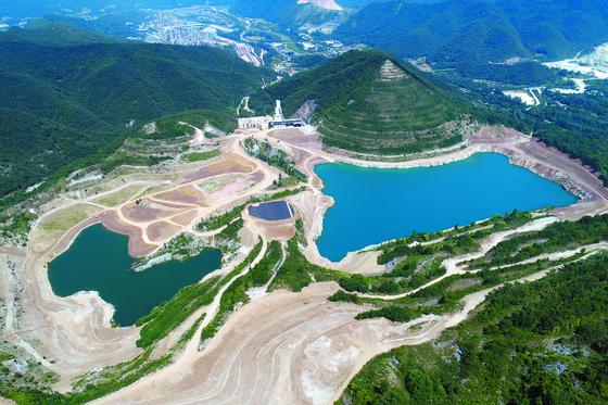 동해시 석회석 폐광지인 무릉3지구의 과거, 현재, 미래. 2020년 폐광지 빈 터에 K1 거대 호수가 생겨난 모습. [사진 동해시]