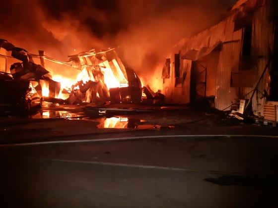 28일 오후 경기도 고양시의 한 물류창고에서 화재가 나 소방대원 등 3명이 다쳤다. 경기북부소방본부 제공