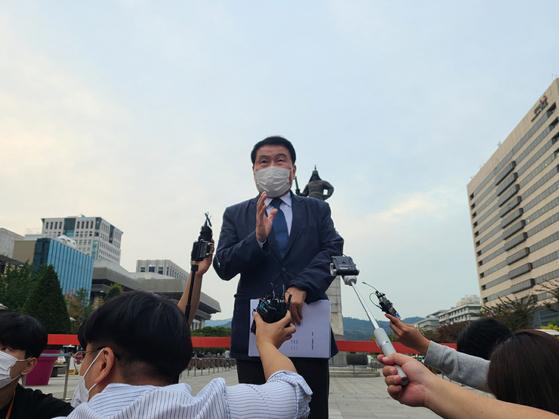 최인식 8.15비대위 사무총장이 법원이 기각 결정에 대해 입장을 발표하고 있다. 권혜림 기자