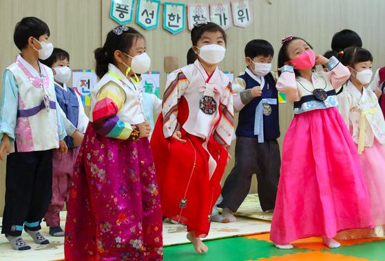 추석을 앞두고 광주 북구청어린이집에서 원생들이 한복을 입고 즐거워하고 있다. 연합뉴스