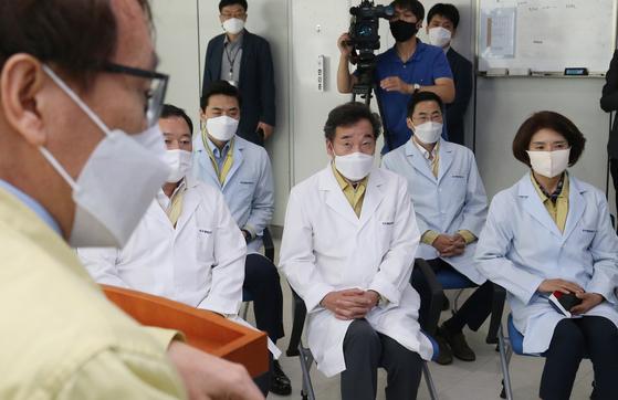 이낙연 더불어민주당 대표가 28일 오후 한국생명공학연구원 감염병연구센터를 방문해 코로나19 치료제 개발에 대한 설명을 듣고 있다. 〈뉴스1〉