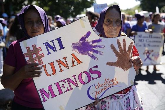 엘살바도르 여성들이 지난 2018년 세계 여성의 날을 맞아 행진을 벌이고 있다. '한 명도 빠짐없이'라고 적힌 표어를 들어보이는 여성들. [EPA=연합뉴스]