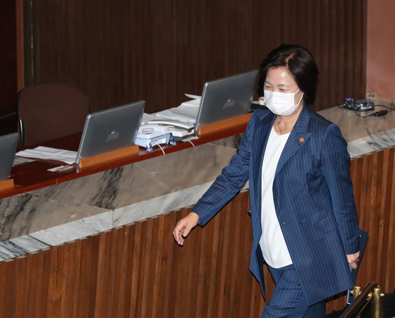 24일 추미애 법무부 장관이 국회 본회의 참석을 마치고 회의장을 빠져나가고 있다. 오종택 기자