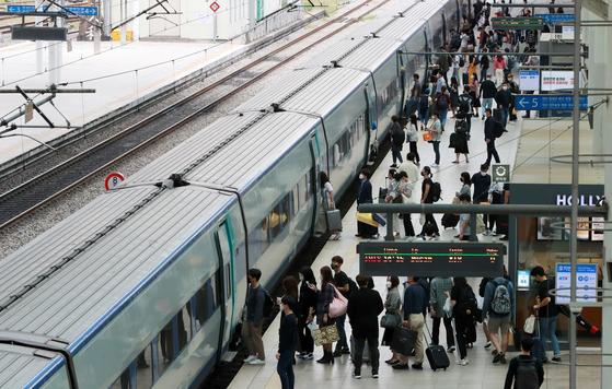 추석연휴 첫 날인 30일 오후 서울역에서 귀성객들이 부산행 열차에 탑승하고 있다. 뉴스1