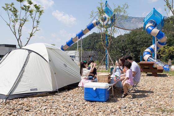 한 오토 캠핑장에서 가족들이 캠핑을 즐기고 있다. 최승표 기자