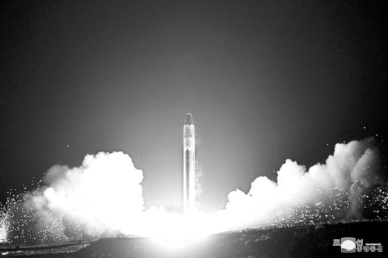 지난 2017년 11월 29일 김정은 북한 노동당 위원장은 대륙간탄도미사일(ICBM) '화성-15'형 시험 발사를 지시했다. [연합뉴스]