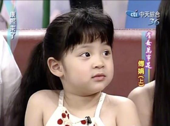 어린시절 오우양나나 방송 출연모습.[웨이보 캡처]