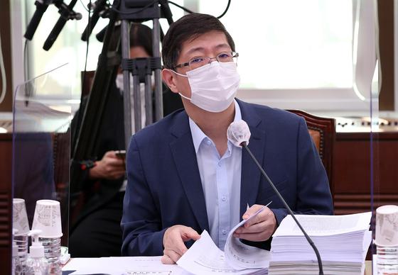 김홍걸 의원이 지난 28일 서울 여의도 국회에서 열린 외교통일위원회 전체회의에 참석해 자리하고 있다. 뉴스1