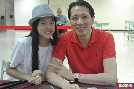 오우양나나(왼쪽)의 아버지 오우양룽.[대만 자유시보 캡처]