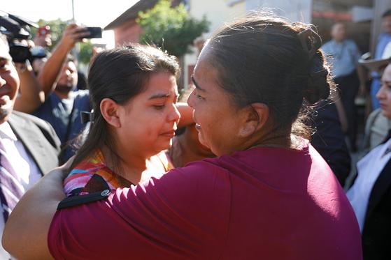 2018년 양부에게 성폭행당해 임신한 아이를 낙태하려고 했다는 혐의로 엘살바도르에 사는 이멜다 코르테즈(왼쪽)가 재판에 넘겨졌다. 그의 어머니가 코르테즈를 안아주고 있다. [로이터=연합뉴스]