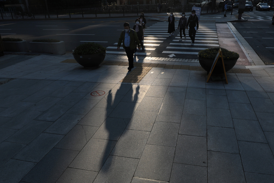 신종코로나바이러스 감염증(코로나19) 사태에 따른 거리두기, 원격수업, 자가격리 등의 이유로 우울감과 불안 장애를 호소하는 이른바 '코로나 블루' 현상이 전국적으로 확산되고 있다. 서울 광화문광장 일대에서 마스크를 쓴 시민들이 출근하고 있다. 뉴스1