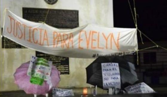갱단 단원에 의해 강간당하고 유산한 뒤 살인죄를 적용받은 에블린 크루즈를 위한 구명운동이 펼쳐졌다. '에블린을 위한 정의'라고 쓰여진 현수막이 걸려 있다. [트위터]
